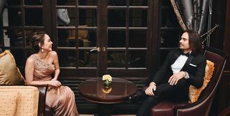 Bunga Citra Lestari dan Ashraf Sinclair, pasangan selebriti yang sudah sembilan tahun merajut kasih sebagai pasangan suami-istri. Meski begitu, namun kemesraan keduanya masih terlihat seperti muda-mudi yang berpacaran. (Instagram/ashrafsinclair)