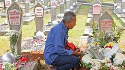 Warga berziarah di pusara Presiden ke-3 RI BJ Habibie yang bersebelah dengan sang istri, Hasri Ainun Besari di Taman Makam Pahlawan Kalibata, Jakarta, Jumat (13/9/2019). Sesuai permintaannya semasa hidup, Habibie dimakamkan bersebelahan dengan mendiang istrinya, Ainun. (Liputan6.com/Herman Zakharia)