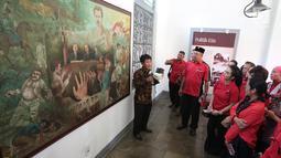 Sejumlah caleg artis dari PDIP seperti Krisdayanti, Kirana Larasati, Lita Zein, Iis Sugianto berkunjung ke Museum Kebangkitan Nasional, Jakarta, Selasa (25/9).(Liputan6.com/ Faizal Fanani)