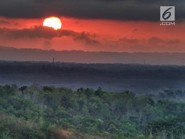 Suasana matahari terbit di Bukit Panguk Kediwung, Bantul, Yogyakarta (16/10). Bukit Panguk Kediwung dibuka untuk umum sekitar pertengahan 2016 oleh masyarakat setempat dan menawarkan keindahan sunrise di atas awan. (Liputan6.com/Herman Zakharia)