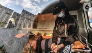 Pasien positif Covid-19 saat dibawa ke RSD Wisma Atlet, Jakarta, Minggu (30/5/2021). Berdasarkan data Penerangan Kogabwilhan mencatat hingga hari ini jumlah pasien rawat inap di Tower 4, 5, 6, dan 7 mencapai 2.013 orang atau 33 persen dari kapasitas tempat tidur. (merdeka.com/Iqbal S. Nugroho)