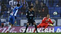 Kiper Real Madrid, Keylor Navas, berusaha menangkap bola tendangan striker Espanyol, Gerard Moreno, pada laga La Liga di Stadion RCDE, Barcelona, Selasa (27/2/2018). Espanyol menang 1-0 atas Real Madrid. (AP/Manu Fernandez)
