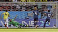 Kiper Kolombia, David Ospina gagal menepis tendangan penalti pemain Jepang, Shinji Kagawa pada laga grup H Piala Dunia 2018 di Mordavia Arena, Saransk, Rusia, (19/6/2018). Jepang menang 2-1. (AP/Mark Baker)