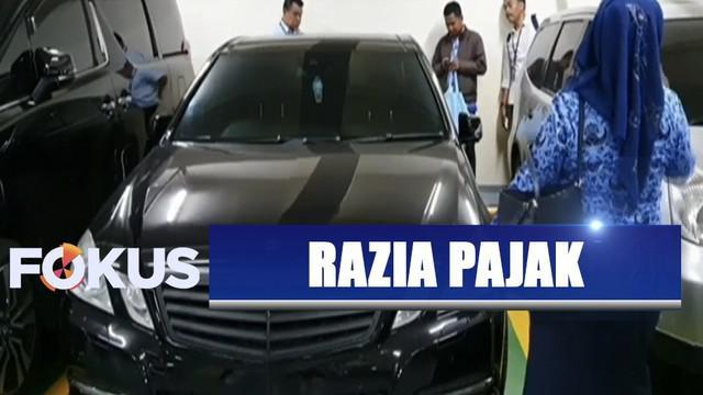Sejumlah mobil yang belum dilunasi pajak kendaraannya oleh pemiliknya langsung diberi stiker merah tanda belum melunasi pajak.