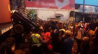 Truk kontainer menabrak beberapa kendaraan dan kerumunan pedagang di Pasar Induk Brebes, Jateng, sehingga seorang tewas dan empat warga terluka. (Liputan6.com/Fajar Eko Nugroho)