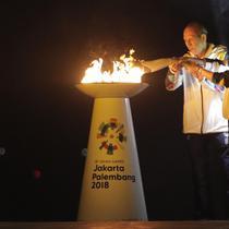 Legenda bulu tangkis Indonesia, Susi Susanti dan mantan atlet tenis Yustedjo Tarik, saat prosesi kirab obor di Candi Prambanan, Rabu (18/7/2018). Api obor Asian Games tersebut akan dibawa mengelilingi 18 provinsi. (Bola.com/M Iqbal Ichsan)
