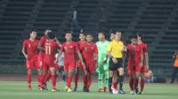 Para pemain Timnas Indonesia U-22 melepaskan senyum dan tawa setelah wasit Steve Supresencia asal Filipina meniup peluit panjang. (Bola.com/Zulfirdaus Harahap)