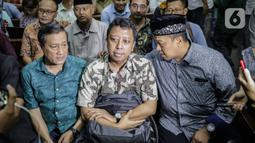 Terdakwa kasus suap jual beli jabatan di lingkungan Kemenag Romahurmuziy (tengah) bersiap menjalani sidang vonis di Pengadilan Tipikor Jakarta, Senin (20/1/2020). Mantan Ketum PPP itu divonis pidana penjara selama dua tahun dan denda Rp100 juta subsider tiga bulan kurungan. (Liputan6.com/Faizal Fana
