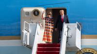 Donald Trump dan Melania Trump keluar dari Air Force One di Bandara Internasional Palm Beach dalam perjalanan ke Mar-a-Lago Club pada 20 Januari 2020 di West Palm Beach, Florida. (NOAM GALAI / GETTY IMAGES NORTH AMERICA / GETTY IMAGES VIA AFP)