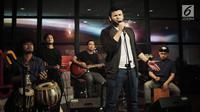 Aksi Ridho Rhoma saat menghibur karyawan Kapanlagi Youniverse (KLY), Gondangdia,  Jakarta, Jumat (28/9). Dalam penampilannya Ridho Rhoma membawakan lagu-lagu hits nya seperti 'Hanya Dia', 'Menunggu', dan 'Cuma Kamu'. (Liputan6.com/Faizal Fanani)