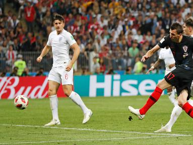 Penyerang timnas Kroasia, Mario Mandzukic mencetak gol ke gawang Inggris pada babak semifinal Piala Dunia 2018 di Stadion Luzhniki, Rabu (11/7). Kroasia menembus final usai menyingkirkan Inggris 2-1 lewat perpanjangan waktu. (AP/Frank Augstein)