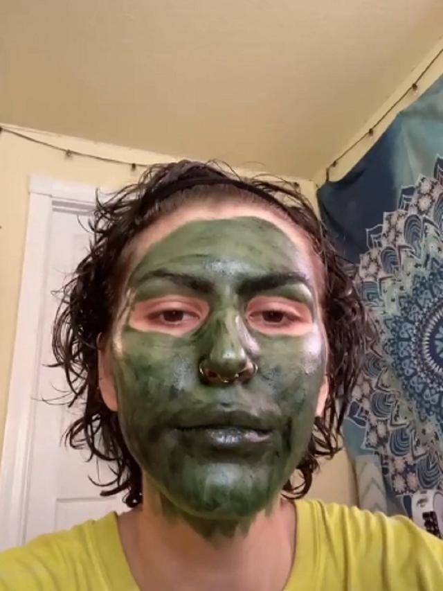 Pakai Masker Wajah Agar Glowing, Wanita Ini Justru Mirip Hulk Sebelum Wawancara Kerja