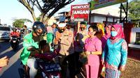 Kapolsek Baruga, mengajak umat Hindu dan Kristen berbagi takjil berbuka puasa di Kota Kendari, Jumat (30/4/2021).(Liputan6.com/Dok. Polsek Baruga)