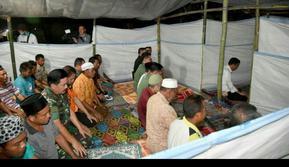 Jokowi Jadi Imam Saat Korban Lombok Salat Magrib (Foto: Facebook Jokowi)