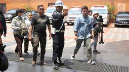 Artis peran Haykal Kamil mendatangi crisis center Lion Air di Bandara Soekarno Hatta, Tangerang, Senin (29/10). Pesawat Lion Air JT 610 rute Jakarta-Pangkal Pinang itu dipastikan jatuh di perairan Tanjung Karawang, Jawa Barat. (Liputan6.com/Fery Pradolo)