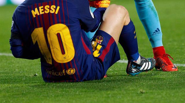 Kiper Valencia Jaume Domenech berbicara dengan striker Barcelona Lionel Messi saat pertandingan Copa del Rey di stadion Mestalla di Valencia (8/2). (AP Photo/Alberto Saiz)