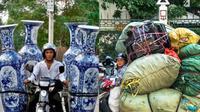 Aksi Nyeleneh Pengendara Motor Bawa Barang Berlebihan
