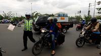 Petugas kepolisian memberhentikan pengendara motor saat Operasi Zebra Jaya 2017 di Daan Mogot, Jakarta, Selasa (7/11). Operasi Zebra yang digelar 1 November- 14 Desember 2017 tersebut secara serentak dilakukan se-Indonesia. (Liputan6.com/Johan Tallo)