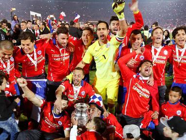 Para pemain Chili merayakan kemenangan mereka di laga final Copa America 2015 di Stadion Nasional di Santiago, Chili, (4/7/2015). Chili menang lewat adu penalti atas Argentina dengan skor 4-1. (REUTERS/Marcos Brindicci)