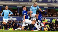 Striker Manchester City, Sergio Aguero berusaha melewati dua pemain Everton, Idrissa Gueye dan Michael Keane selama pertandingan lanjutan Liga Inggris di Goodison Park Stadium (6/2). City menang atas Everton 2-0. (Peter Byrne/PA via AP)