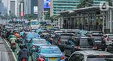 Sejumlah kendaraan terjebak kemacetan di Jalan MH Thamrin, Jakarta, Kamis (15/4/2021). Penumpukan kendaraan pada jam menjelang buka puasa menyebabkan terjadinya kemacetan di sejumlah ruas jalan di Ibu Kota. (Liputan6.com/Faizal Fanani)