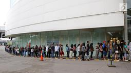 Ratusan calon pembeli rela antre di depan Emporium Pluit Mall, Jakarta. Minggu (21/1). Sejumlah asesoris dan handphone ditawarkan di Authorized Mi Store yang baru saja dibuka. (Liputan6.com/Fery Pradolo)