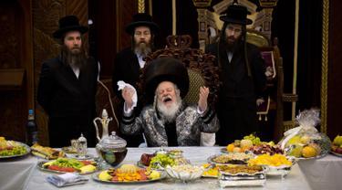 Yahudi ultraortodoks dari dinasti Parmishlan Hasidic merayakan pesta Tu Bishvat di Kota Bnei Brak, Israel, Senin (21/1). Tu Bishvat dikenal juga sebagai Tahun Baru Pohon. (AP Photo/Oded Balilty)