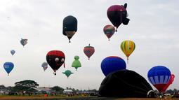 Suasana acara Festival Balon Udara Internasional yang berlangsung di Clark, Utara Manila, Provinsi Pampanga, Filipina, Kamis (8/2). Para peserta datang dari berbagai negara. (AP Photo/Bullit Marquez)