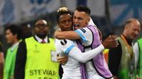 Dua pemain Olympique Marseille, Clinton N'Jie (kiri) dan Lucas Ocampos (kanan), merayakan gol ke gawang Red Bull Salzburg pada leg pertama Liga Europa, di Stade Velodrome, Marseille, Kamis (26/4/2018). (AFP/Boris Horvat)
