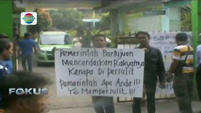 Puluhan orangtua mendatangi SMP Negeri I dan SMP Negeri II Tambun Selatan, Bekasi, Jawa Barat.