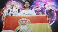 Suporter Real Madrid menyaksikan laga El Clasico antara Barcelona melawan Real Madrid saat nobar di Summarecon Mal Serpong, Sabtu (23/12/2017). Barcelona menang 3-0 atas Real Madrid. (Bola.com/M Iqbal Ichsan)