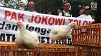 Ayam-ayam diperlihatkan saat sejumlah peternak ayam menggelar aksi di depan Kementerian Koordinator Bidang Perekonomian, Jakarta, Kamis (5/9/2019). Ratusan peternak ayam menuntut pemerintah turun tangan menyelesaikan permasalahan harga ayam hidup yang kembali anjlok. (Liputan6.com/Angga Yuniar)
