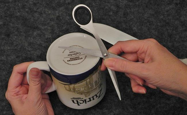 Mug bisa juga untuk mengasah gunting/copyright Funnyjunk
