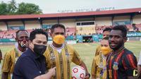 Menteri BUMN Erick Thohir menonton secara langsung pertandingan sepak boleh putra PON XX Papua pada Minggu (3/10/2021). (Dok Istimewa)