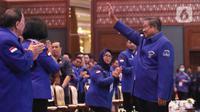 Ketum Partai Demokrat Susilo Bambang Yudhoyono menyapa kadernya saat menghadiri Kongres ke V Partai Demokrat di JCC, Jakarta, Minggu (15/3/2020). SBY akan digantikan Agus Harimurti Yudhoyono (AHY) yang telah mendapatkan dukungan 93 persen dari pemegang hak suara Demokrat. (Liputan6.com/Angga Yuniar)