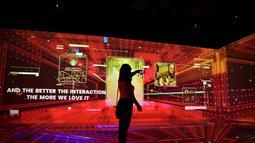 Seorang wanita menggunakan ponselnya di pameran Mobile World Congress (MWC) di Barcelona (28/6/2021). MWC 2021 menargetkan 35 ribu pengunjung pada tahun ini. (AFP/Pau Barrena)
