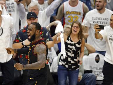 Ekspresi pemain Cleveland, LeBron James usai mencetak tiga poin saat melawan Boston Celtics pada gim keenam final wilayah timur NBA basketball di Quicken Loans Arena, (25/5/2018). Cavaliers menang 109-99. (AP/Ron Schwane)