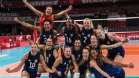 Para pemain Amerika Serikat merayakan kemenangan atas Serbia pada semifinal bola voli  Olimpiade Tokyo 2020 di Ariake Arena, Tokyo, Jepang, Jumat, 6 Agustus 2021. (Yuri Cortez / AFP)