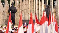Bendera Merah Putih berkibar di depan tugu Proklamator, Jakarta, Rabu (16/8). Jelang perayaan HUT RI ke-72, ratusan pelajar melakukan napak tilas perjuangan kemerdekaan. (Liputan6.com/Helmi Fithriansyah)