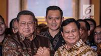 Ketum Partai Demokrat Susilo Bambang Yudhoyono (kiri) salam komando dengan capres nomor urut 02 Prabowo Subianto usai menggelar pertemuan di kawasan Mega Kuningan, Jakarta, Jumat (21/12). Pertemuan membahas Pemilu 2019.(Www.sulawesita.com)