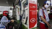 Pengendara sepeda motor mengisi BBM di salah satu SPBU di Jakarta, Senin (4/1/2021). PT Pertamina (Persero) menerapkan digitalisasi pada 5.518 SPBU untuk mendukung keandalan dan suplai dalam meningkatkan layanan ke masyarakat. (Liputan6.com/Johan Tallo)