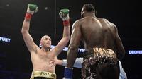 Tyson Fury (kiri) mengejek Deontay Wilder dalam pertarungan tinju kelas berat WBC di Staples Center, Los Angeles, Minggu (2/12/2018) pagi WIB. (Foto AP / Mark J. Terrill)