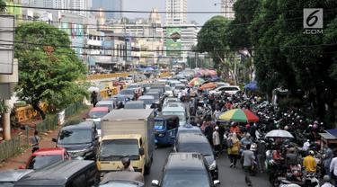 Kendaraan terjebak macet ketika melintas di kawasan Pasar Tanah Abang, Jakarta, Kamis  (16/5/2019). Menginjak bulan suci Ramadan, banyak masyarakat berbelanja di pusat perbelanjaan Tanah Abang sehingga menyebabkan kemacetan yang tak terhindarkan. (merdeka.com/Iqbal S Nugroho)