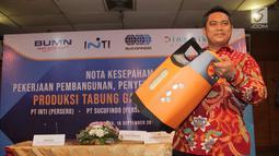 Dirut PT Dinamika Utama Jaya Zaenal Aziz menunjukkan Tabung LPG Composite usai MoU untuk produksi Tabung LPG berbahan Composite di Bandung, Rabu (18/9/2019). Mulai tahun 2020 PT INTI (Persero) akan memproduksi Tabung LPG Composite sebanyak 1.000-1.200 tabung per hari. (Liputan6.com/HO/Okta)