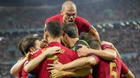 Timnas Portugal melakukan selebrasi setelah Cristiano Ronaldo mencetak gol pembuka ketika pertandingan Grup F Euro 2020 antara Portugal melawan Prancis yang berlangsung di Puskas Arena, Budapest, Hungaria pada Rabu (23/06/2021). (AP/Pool/Darko Bandic)