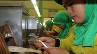 Sejumlah wanita sedang bekerja di pabrik rokok di Mojokerto. (Liputan6.com/Dian Kurniawan)