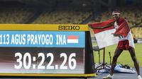 Pelari Indonesia, Agus Prayogo, meraih medali emas SEA Games cabang atletik nomor 10.000 meter di Stadion Bukit Jalil, Kuala Lumpur, Jumat (25/8/2017). Agus menorehkan waktu 30 menit 22,26 detik. (Bola.com/Vitalis Yogi Trisna)