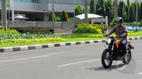 """Sepeda motor listrik """"Zero DS"""" dibanderol dengan harga 200 jutaan, Jakarta, Selasa (17/3/2015). Keberadaan Zero akan menjadi alternatif bagi penggemar roda dua. (Liputan6.com/Faisal R Syam)"""
