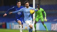 Penyerang Manchester City, Bernardo Silva, mengontrol bola saat melawan Chelsea pada laga Liga Inggris di Stadion Stamford Bridge, Minggu (3/1/2021). City menang dengan skor 3-1. (Shaun Botterill/Pool via AP)
