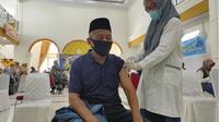 Ahmad Bait (72 tahun) saat mengikuti vaksinasi covid-19 bagi lansia di Bele Li Mbui Kota Gorontalo, Foto: Humas (Liputan6.com/Arfandi Ibrahim)